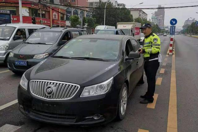 驻马店交警集中整治渣土车等重污染车辆违法行为