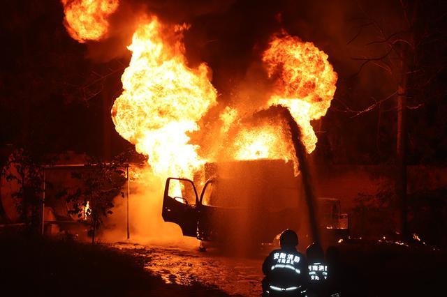 货车私改油罐车 险将储罐引燃 安阳消防奋力扑救