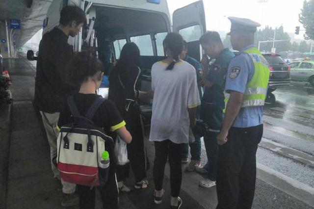 郑州一孕妇街头摔倒受伤 交警出手相助