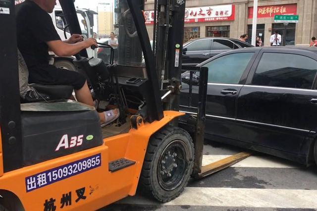 郑州街头200多万奔驰变僵尸车 任人划伤被叉车拖走