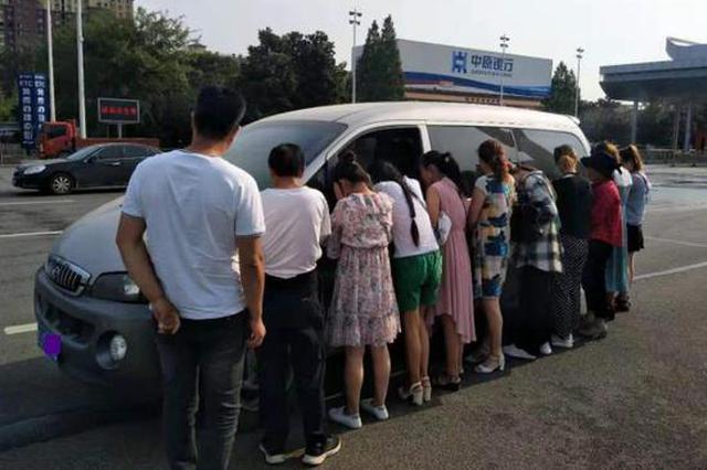 """河南高速交警曝光6类""""危险超员车"""" 看看都有哪些"""