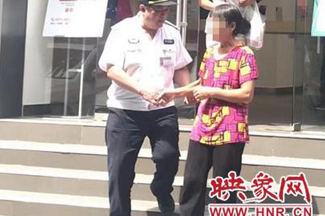 郑州一老太太送外孙上幼儿园迷路 好心人相助