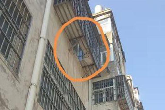 固始县城管队员执勤遇小孩从三楼坠下 紧急帮忙送医