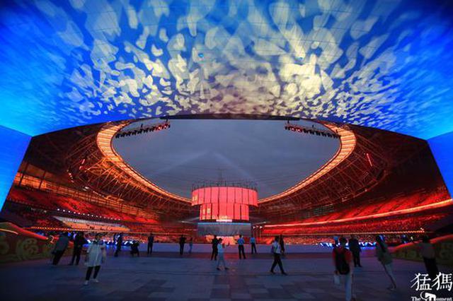 组图:郑州五大地标同时点亮 向祖国母亲深情表白