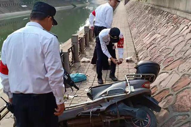 郑州醉酒小伙连人带车翻入河中 幸被群众联手救出