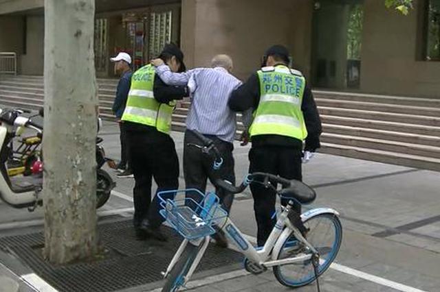 77岁老人郑州街头摔伤 接力伸来的手臂暖了数公里