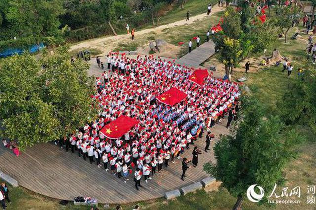 河南郑州:老城墙上万人唱响《我和我的祖国》