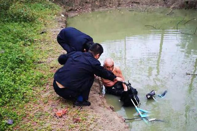 漯河78岁老人骑自行车落水 警民联手施救