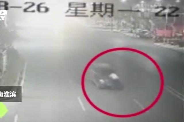 信阳男子醉驾追尾出租车逃逸 引擎盖顶着的哥狂奔