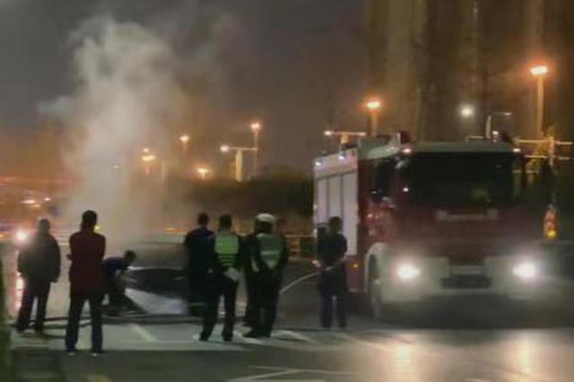 郑州街头一轿车突发自燃 女车主吓得不知所措