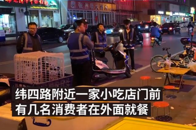 """商贩占道经营 郑州市容巡查员""""围观执法"""""""