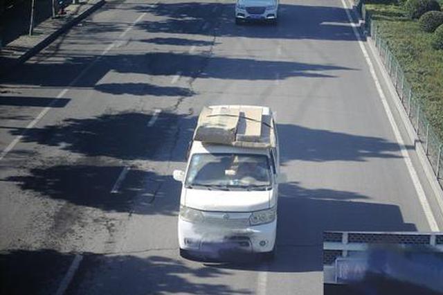 """为躲避限号贴胶布""""变脸"""" 郑州俩司机被交警查处"""