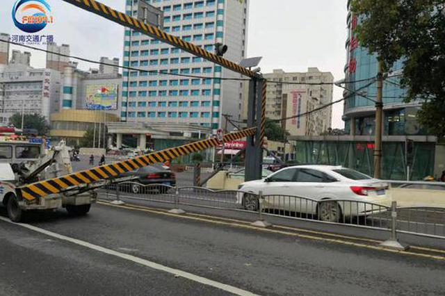 郑州金水路一限高架被医院班车撞掉 早高峰堵车严重