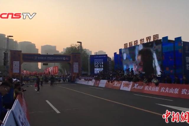 2019郑州国际马拉松开赛 残疾选手完成梦想赛程