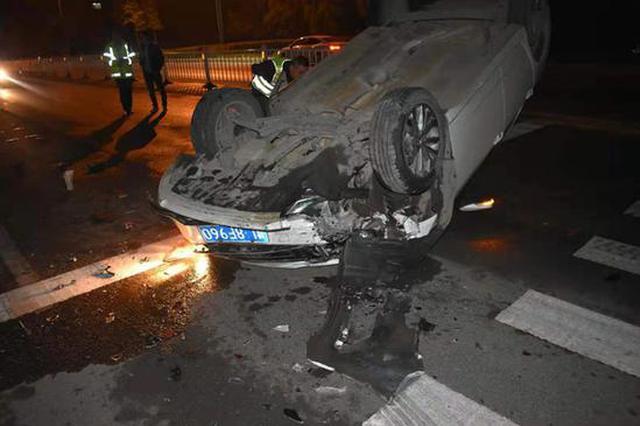 漯河一男子喝半斤白酒后驾车上路 追尾后摔个底朝天