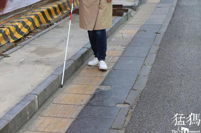 """跟着盲道走 却撞上桥墩 郑州的盲道为何""""帮倒盲""""?"""
