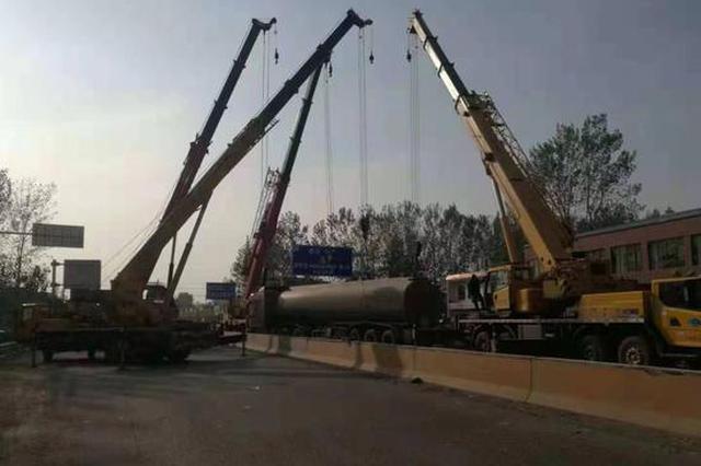 装载32吨苯罐车侧翻发生罐体泄露 漯河成功处置