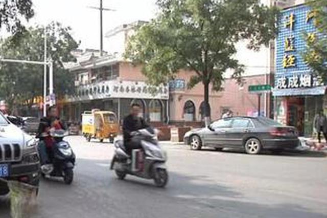 郑州一条路一边干干净净 一边垃圾成堆! 为啥?