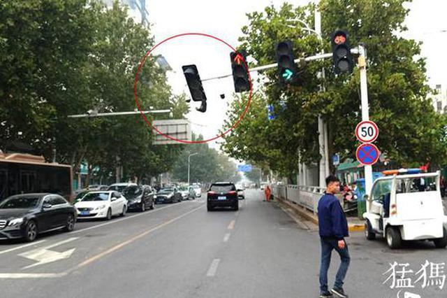 凌晨超高大车太猛 挂灭郑州街头信号灯 带断线杆