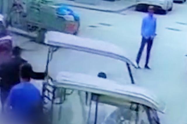 2岁男童驾三轮车撞向玻璃门 保安神反应飞奔拽车救人
