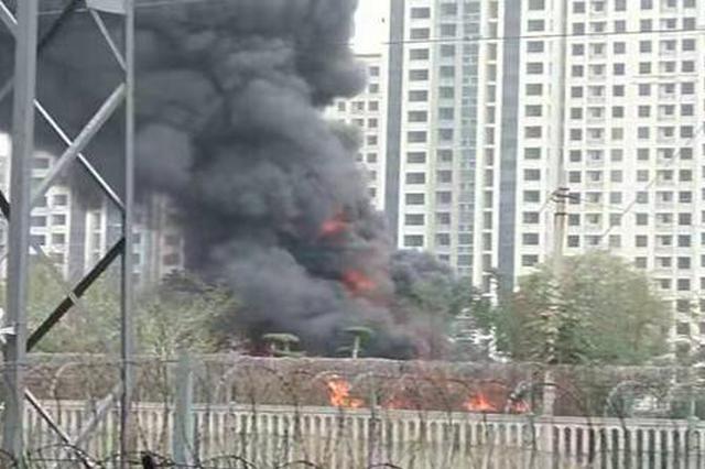 吓人!郑州几十辆共享单车和废旧汽车燃起大火