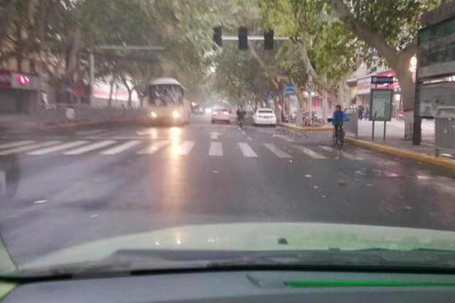"""郑州这个路口的信号灯""""偷懒""""不工作 通过请小心"""