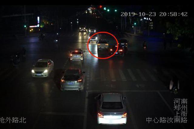 啥情况?郑州街头一汽车逆行连撞四车却无司机