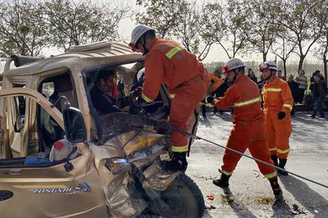 新乡两车相撞致五人被困 车头严重变形 两人受伤严重