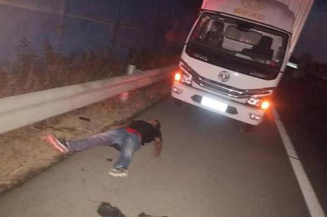 濮阳小伙和父亲吵架喝敌敌畏上高速 交警救了他一命