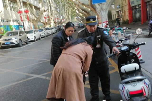 郑州女子带娃骑车遭催促后摔倒 此前刚划过非机动车道