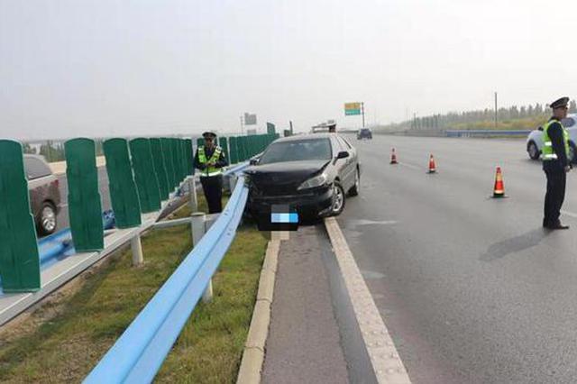 """男子开车低头收发微信 轿车高速路大""""漂移""""撞护栏"""