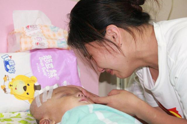 心酸!1岁多娃娃昏睡101天 通过眨眼告诉妈妈自己还活着