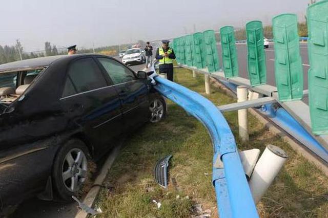 """开车低头收发微信 轿车高速路大""""漂移""""撞上护栏"""