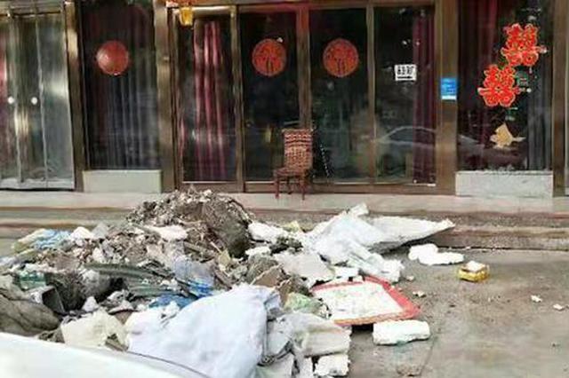 """清早酒店门口冒出两堆""""垃圾山"""" 工作人员调取监控后气愤不已"""