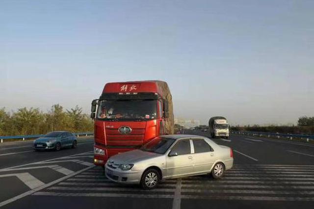郑州一女司机错过出口任性变道 半挂刹车拦腰撞上