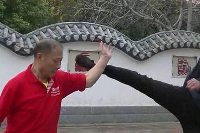 几名男子对68岁老人大打出手 转眼间个个直喊手疼
