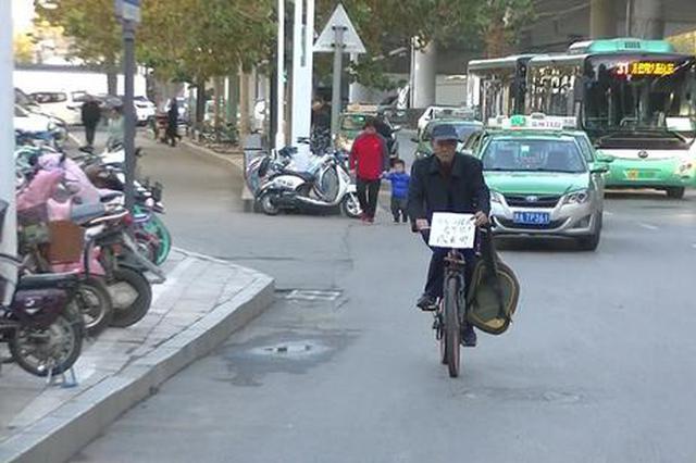 孤寡老人郑州街头苦寻走失女儿:孩子你在哪快回来吧