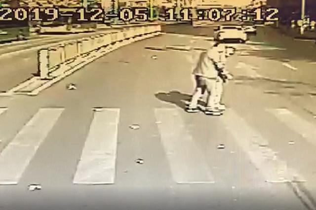 郑州一公交马路中间绿灯停车 一车乘客不怨反赞