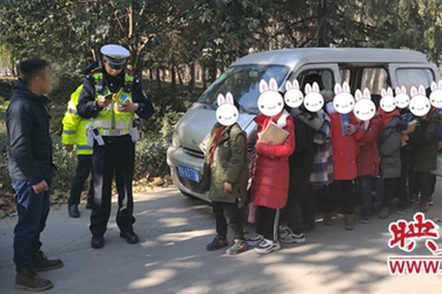 郑州交警严查接送学生车辆超员驾驶交通违法行为