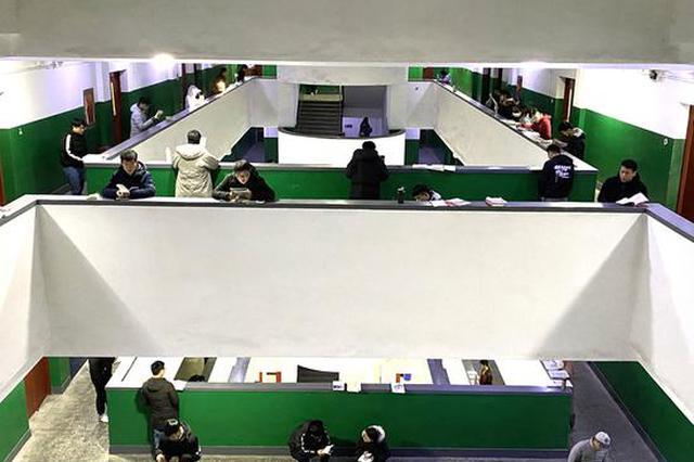 考研倒计时两周 郑州高校学生在楼道里挑灯夜读(图)