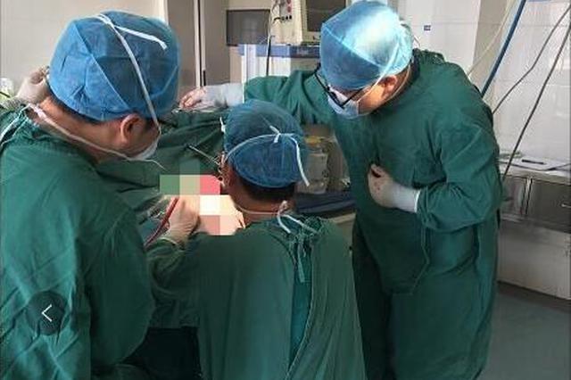 洛阳这位医生跪着为患者做手术 暖哭朋友圈