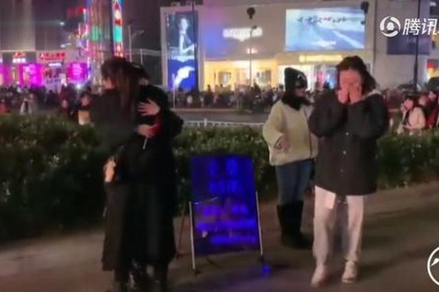 """郑州俩女孩向陌生人""""求抱抱"""" 一小时拥抱上百人"""