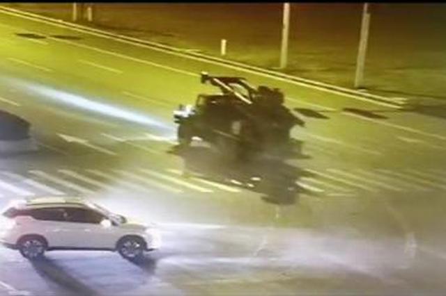 工程车深夜闯禁行 正常行驶小轿车被撞后原地大掉头