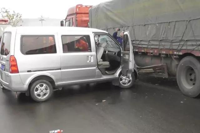 洛阳面包车撞上大货车 车祸现场孩子呼唤爸爸