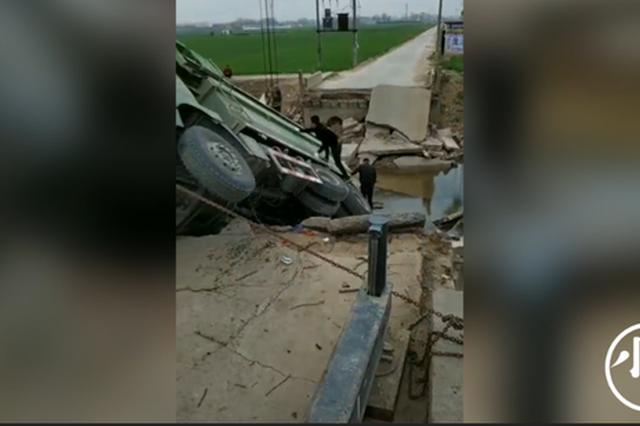 视频:周口淮阳一桥梁桥面倒塌 渣土车侧翻河道
