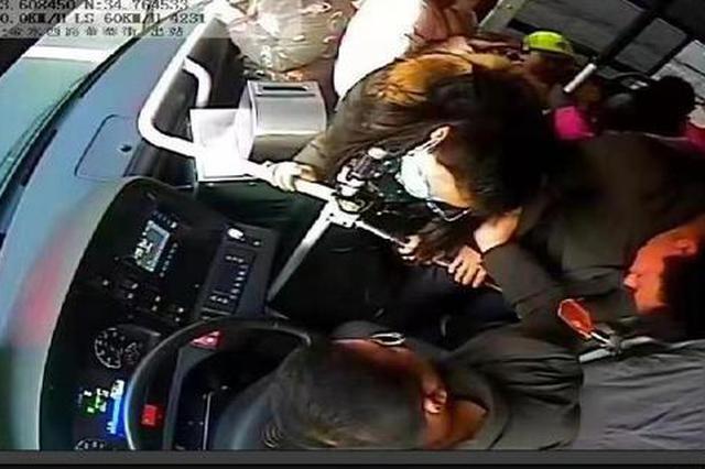 寻找爱心女孩!郑州女乘客晕倒幸遇旁边女孩递上早餐