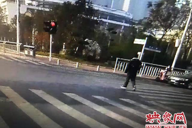 闯红灯还辱骂交警 郑州一行人被拘5天
