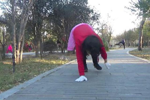 爬行健身见过吗?郑州晨练者:一圈下来累的汗流浃背