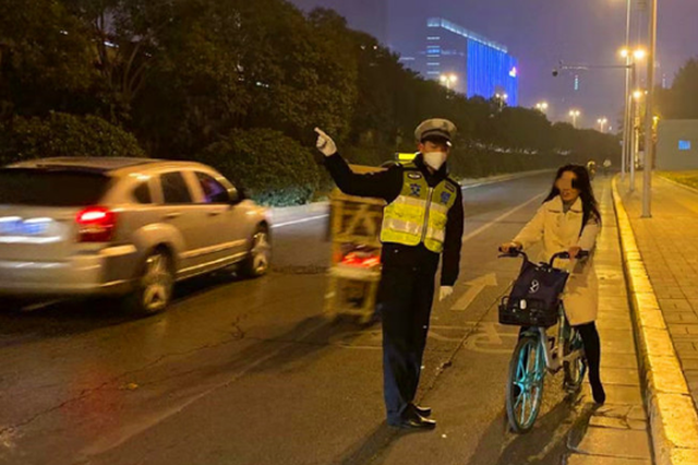郑州交警严查行人、非机动车交通违法 夜间不放松