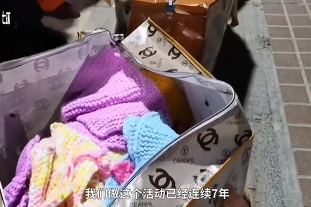 连续7年 郑州大学生织上百条围脖送环卫工